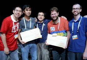 Hackathon Home Automation Gewinner: Team CarBon von links nach rechts: Brian Lu, Jeremy Feliciano, Kevin Chang, Dylan Simpson und Ryan Mulligan